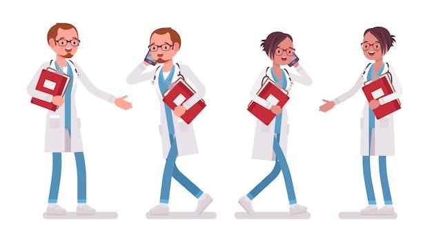 Mannelijke en vrouwelijke arts met papier en telefoon. man en vrouw in het ziekenhuisuniform bezig bij het kliniekwerk. geneeskunde en gezondheidszorg concept. stijl cartoon illustratie op witte achtergrond Premium Vector
