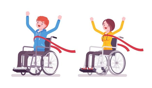 Mannelijke en vrouwelijke jonge rolstoelgebruiker die rode finishlijn kruisen Premium Vector