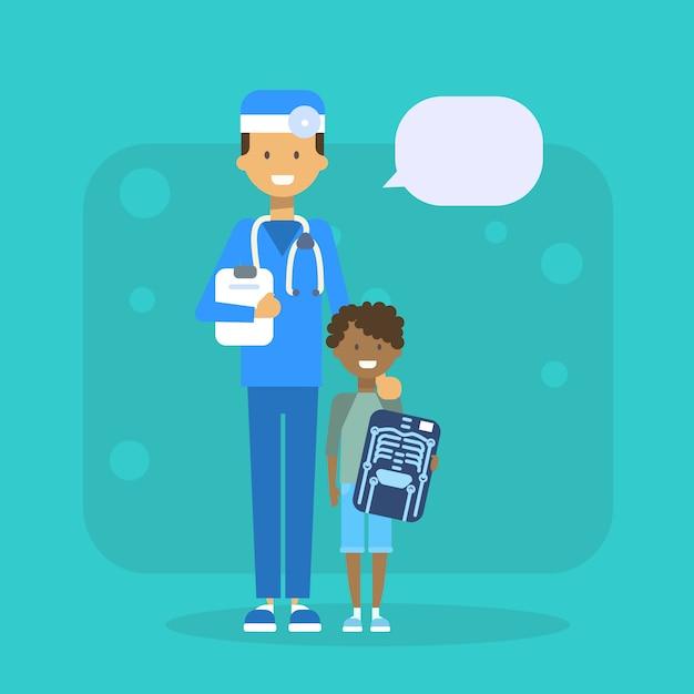 Medische arts met kind bedrijf x ray ziekenhuis onderzoek concept Premium Vector