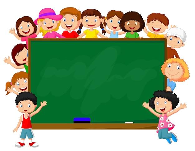 Menigte van kinderen met schoolbord Premium Vector
