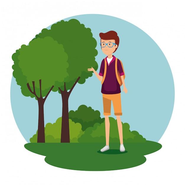 Mens die glazen met backapck draagt en bomen met struiken Gratis Vector