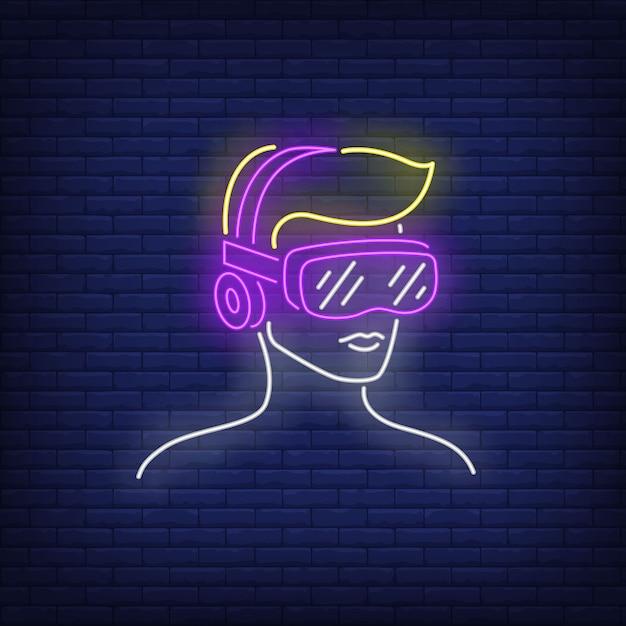 Mens die het neonteken van de virtuele werkelijkheidshoofdtelefoon draagt. Gratis Vector