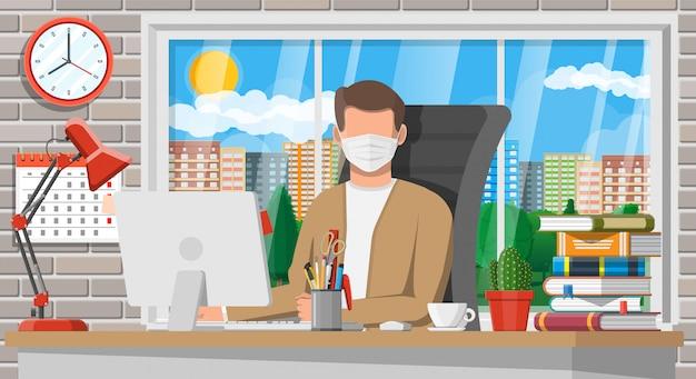 Mens in medisch masker dat aan zijn computer werkt Premium Vector