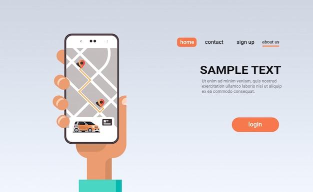 Menselijke hand met behulp van online bestellen taxi autodelen mobiele applicatie concept vervoer carsharing service carpooling app smartphone scherm met gps kaart Premium Vector