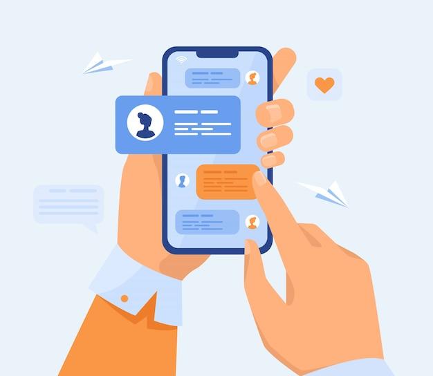 Menselijke hand met mobiele telefoon met sms-berichten Gratis Vector