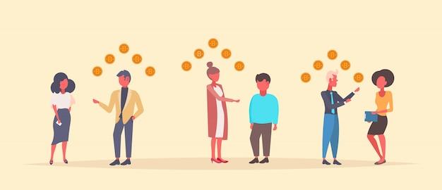 Mensen bitcoin mijnspecialisten geven overleg crypto valuta financieel advies concept ondernemers communicatie vlakke horizontale banner Premium Vector