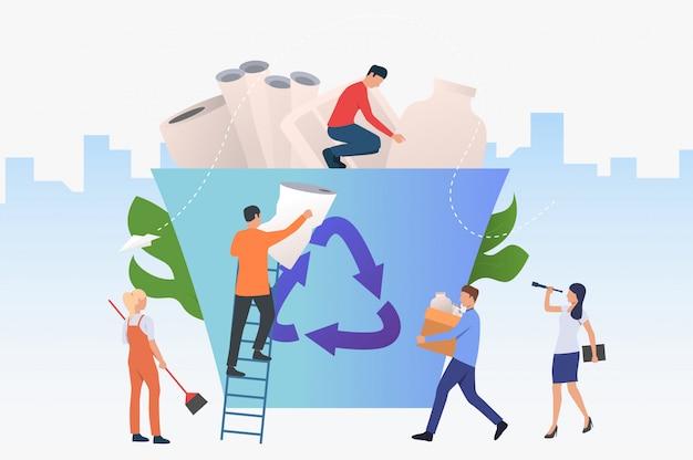Mensen die afval in grote recyclingsbak zetten Gratis Vector