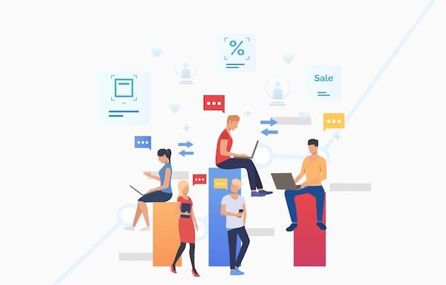 Mensen die gadgets gebruiken, berichten verzenden en communiceren Gratis Vector