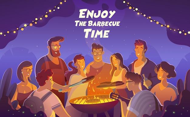 Mensen en voedselconcept - gelukkige vrienden die vlees voor diner hebben bij de zomer tuinieren partij bij nacht. Premium Vector