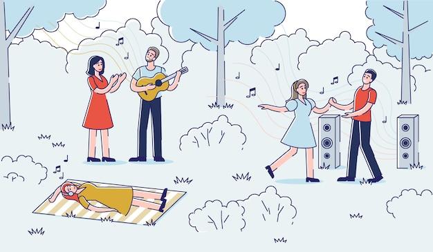Mensen genieten van muziek buitenshuis: straatmuzikant zingen en gitaar spelen en paar dansen in park. Premium Vector