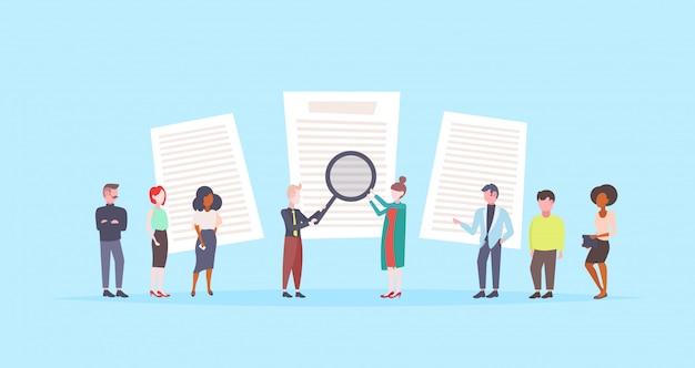 Mensen houden van vergrootglas kiezen cv profiel hervatten ondernemers curriculum vitae rekrutering kandidaat-functie vlak blauwe achtergrond huren Premium Vector