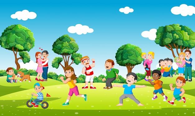 Mensen in stadspark die sporten doen en met kinderen in vrije tijd spelen Premium Vector