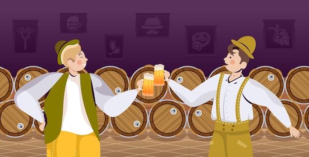 Mensen in traditionele kleding die bier drinken vieren Premium Vector