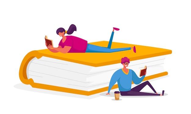 Mensen lezen enthousiast zittend en liggend op een enorm boek. Premium Vector