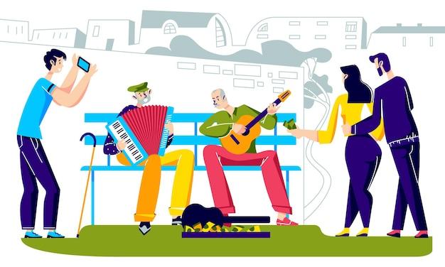 Mensen luisteren naar senior straatartiesten die spelen op muziekinstrumenten in de stad Premium Vector