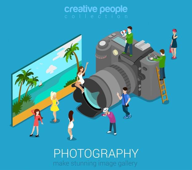 Mensen op grote fotocamera met vectorillustratie. fotografie sessie isometrische concept. Gratis Vector