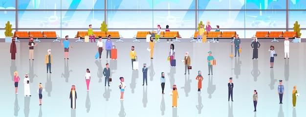 Mensen op luchthaven reizigers met doorlopende bagage Premium Vector