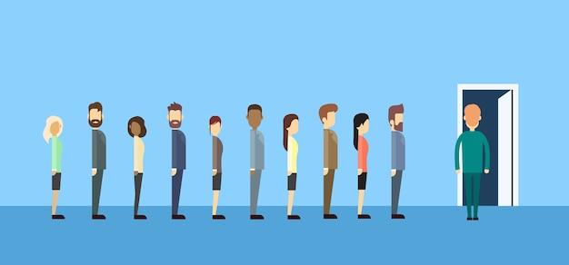 Mensen uit het bedrijfsleven groep zitten in lijn wachtrij deur Premium Vector