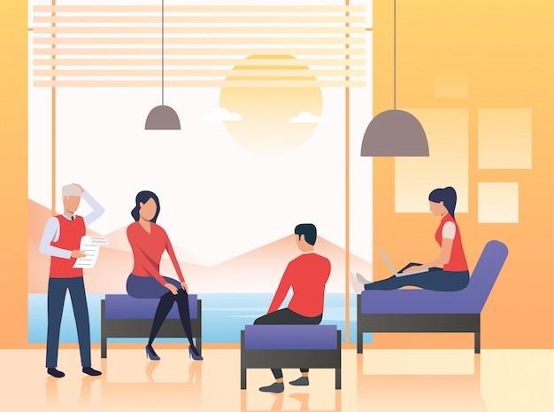 Mensen uit het bedrijfsleven zitten in de lounge van het kantoor Gratis Vector