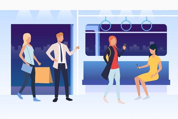 Mensen zitten en staan in de metro Gratis Vector