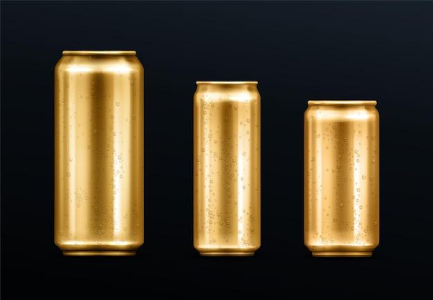 Metalen blikjes met waterdruppels, goudkleurige container voor frisdrank of energiedrank, limonade of bier. geïsoleerde gouden lege mockup met koude condensatie voor merk ontwerpsjabloon realistische 3d-vector set Gratis Vector