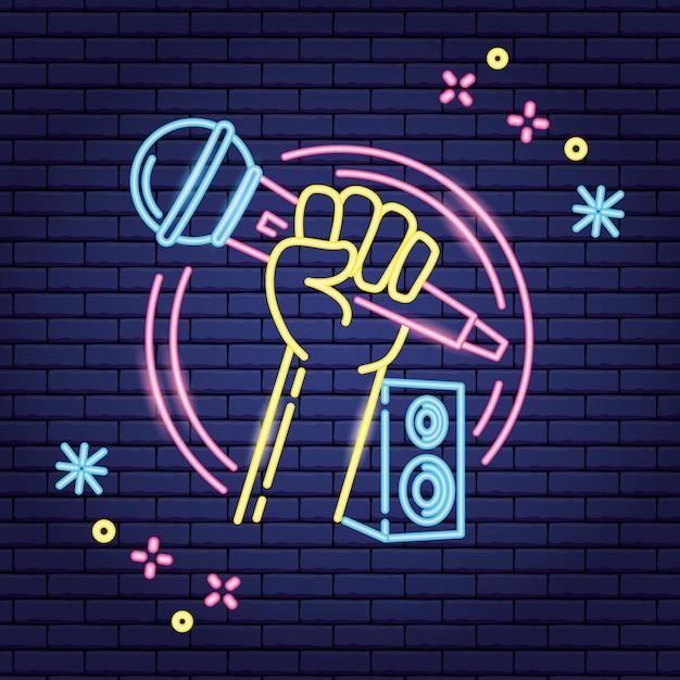 Microfoon en luidspreker in neon-stijl over paars Gratis Vector