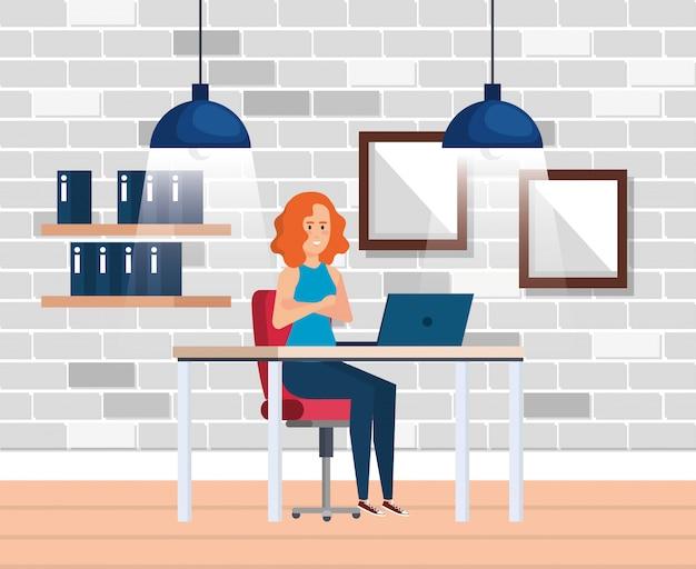Modern kantoor met zakenvrouw Gratis Vector