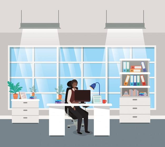Modern kantoor met zwarte zakenman zitten Premium Vector