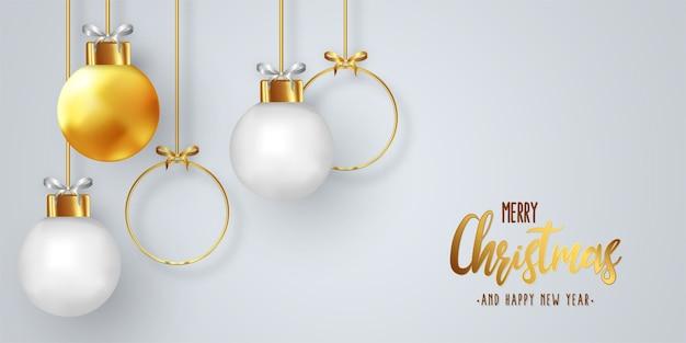 Modern kerstkaartontwerp met realistische ballen Gratis Vector