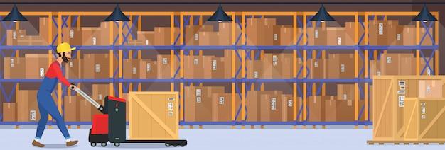 Moderne magazijn interieur met goederen, pallettrucks en industriële werknemer die dalivery box. Premium Vector