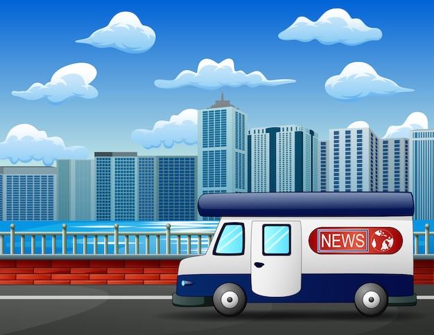 Moderne nieuwsvrachtwagen op stadsweg, mobiel uitzendingsvoertuig Premium Vector