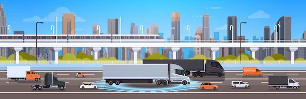 Moderne wegweg met auto's, vrachtwagen en ladingsvrachtwagens over stads achtergrondverkeersconcept Premium Vector