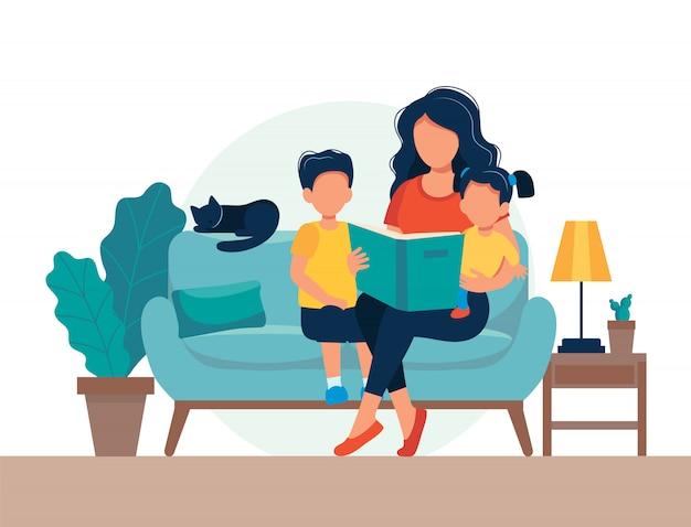 Moeder leest voor kinderen. familiezitting op de bank met boek. Premium Vector