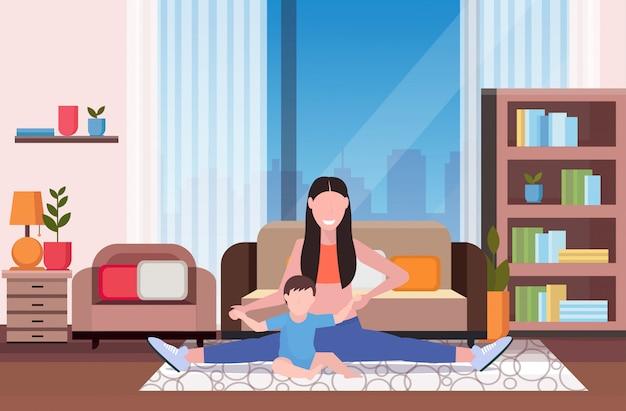 Moeder met jong geitje die lichaamsbeweging thuis doen sportvrouw belast met geschiktheid of yoga met van het de levensstijlconcept van de babyzoon het gezonde moderne horizontale binnenlandse volledige lengte van de woonkamer Premium Vector