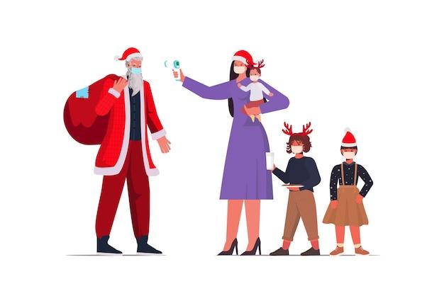 Moeder met kinderen controleert lichaamstemperatuur van de kerstman coronavirus quarantaine zelfisolatie concept nieuwjaar kerst vakantie viering volledige lengte illustratie Premium Vector