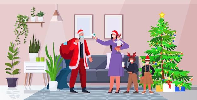 Moeder met kinderen controleert lichaamstemperatuur van de kerstman coronavirus quarantaine zelfisolatie concept nieuwjaar kerst vakantie viering woonkamer interieur Premium Vector