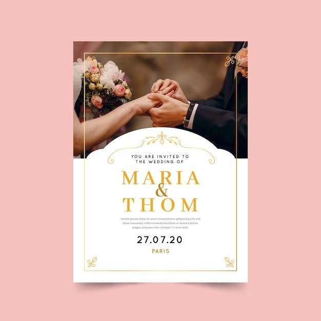 Mooie bruiloft uitnodiging sjabloon met foto en gouden frame Gratis Vector