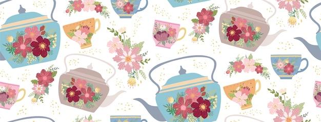 Mooie theekopje en theepot met bloem en bladeren geïsoleerd op wit Premium Vector