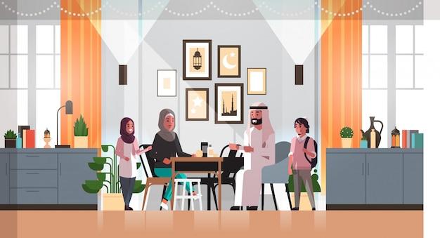 Moslim familie vieren ramadan kareem heilige maand woonkamer interieur arabische ouders en kinderen in traditionele kleding tijd samen doorbrengen vlak horizontaal volledige lengte Premium Vector