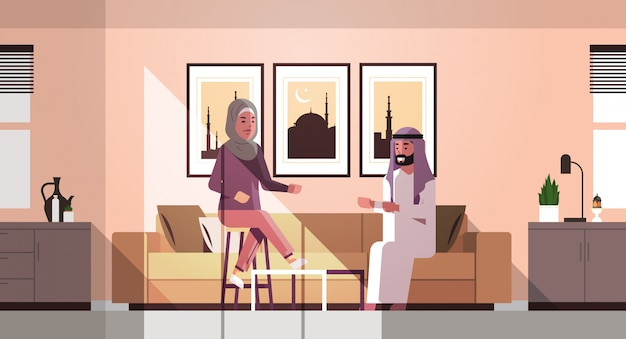 Moslim, paar, vieren, ramadan, kareem, heilige maand, woonkamer, binnenste, arabisch, man, vrouw, in, traditionele kleding, bespreken, gedurende, meting, platte, horizontaal, volledige lengte Premium Vector