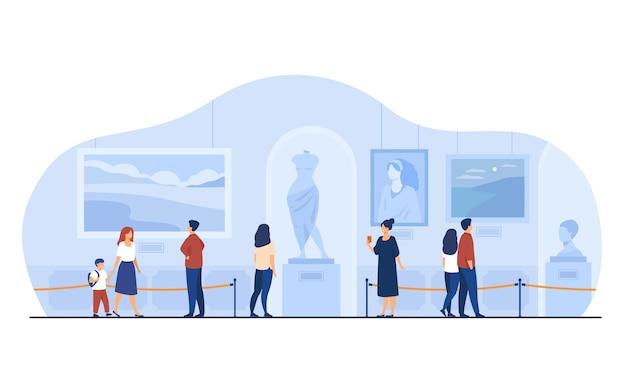 Museumbezoekers lopen in kunstgalerie. toeristen genieten van expositie, kunstwerken bewonderen op tentoonstelling. vectorillustratie voor excursie, mensen en cultuurconcept. Gratis Vector