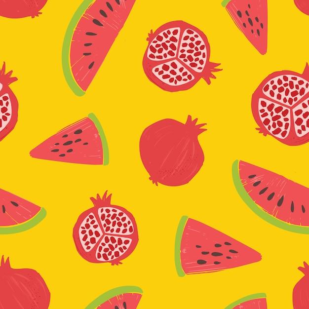 Naadloos patroon met granaatappels en watermeloenplakken op gele achtergrond. achtergrond met verse rijpe biologische tropische sappige vruchten. zomer vlakke afbeelding voor behang, stoffendruk. Premium Vector