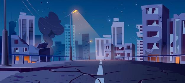 Nachtstad vernietigt in oorlogsgebied, verlaten gebouwen en brug met rook en griezelige gloed. Gratis Vector