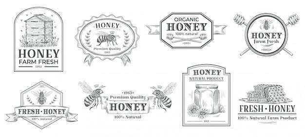 Natuurlijke honingbadge. bijen boerderij label, vintage honing product handgetekende badges en bijen embleem illustratie set Premium Vector