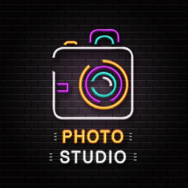 Neonteken van camera voor decoratie op de muurachtergrond. realistisch neonlogo voor fotostudio. concept van fotograafberoep en creatief proces. Premium Vector