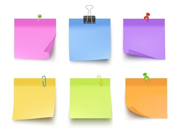 Noten gekleurd. kleverige papieren met pin clips memo bank zakelijke notities vector realistisch Premium Vector