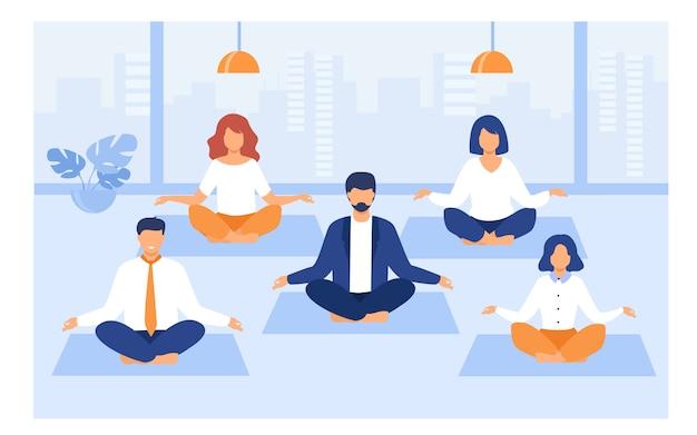Office mensen beoefenen van yoga en meditatie Gratis Vector