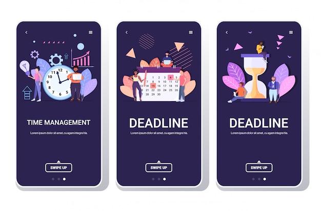 Ondernemers brainstormen mix race collega's effectief tijdbeheer efficiënt planning concept team samen te werken smartphone schermen horizontale volledige lengte instellen Premium Vector