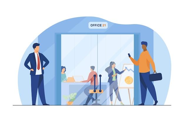 Ondernemers lopen in de gang naar de glazen deur van het kantoor. werknemers op werkplekken en presentatiebord platte vectorillustratie. zakencentrum Gratis Vector