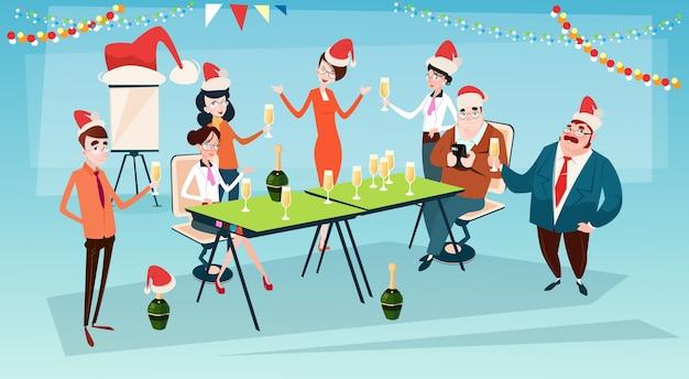 Ondernemers vieren merry christmas Premium Vector
